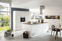 Einbauküche mit privileg-Elektrogeräten -  mattweiße Lackfronten & weiße Kunstoffoberflächen, taxusfarbene Arbeitsplatten