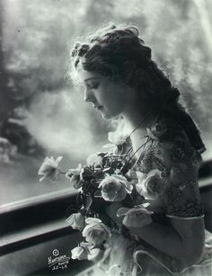 Mary Pickford set up united artists with charlie Chaplin and Douglas Fairbanks i think! Vintage Glam, Vintage Love, Vintage Beauty, Vintage Ladies, Vintage Woman, Vintage Art, Vintage Style, Images Vintage, Vintage Pictures