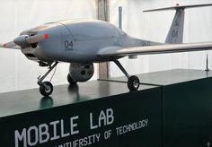 シュラス04(Żuraw 04)。ポーランドに本部を構えるポズナン工科大学の研究室のチームによって発表されたドローン。カメラやレーザー距離計などを搭載して地上のデータを取得することを意図する。低翼機型とされる。