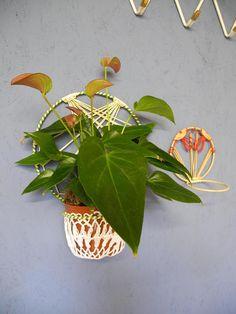 Leuk koppel gevlochten bloem lichten groen/rode en witte plastic. Typische uit de jaren 50. Afmetingen: 25cm hoog, groen-witte diameter pot 12 cm; Rode en witte 14cm hoog, diameter pot 10 cm.