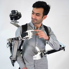 Syrian designer Yamen Saraiji has designed a wearable, two-armed robot that acts as an extension to the human body. Graduate School, Exoskeleton Suit, Mechanical Arm, Futuristic Robot, Body Action, Robot Arm, Geek Gear, Digital Trends, Cool Tech