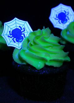 Ghoulishly Glowing Cupcakes #halloween #cupcakes #food