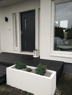 Komposiitti/UPM ProFi Design Deck/Yönmusta/Terassit/Etuterassi/Musta sora/ Valkoiset betoniruukut/rouhepinnoite  Villa Amélie - Unelmaa rakentamassa: lokakuuta 2016