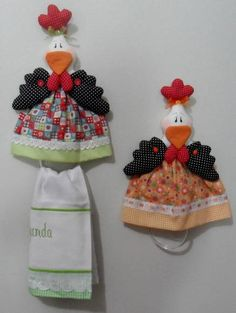 Galinha porta pano em patchwork Chicken Kitchen, Plastic Bag Holders, Towel Crafts, Creation Couture, Craft Sale, Hand Towels, Handicraft, Diy And Crafts, Sewing Projects
