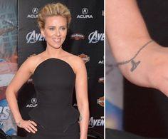 """Pin for Later: Die ultimative Galerie der Promi Tattoos! Scarlett Johansson Scarlett Johansson präsentierte 2012 ein Armband-ähnliches Tattoo. Auf dem gestochenen Anhänger ist """"I (heart) NY"""" zu sehen."""