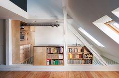 """Kuchyň byla vyrobená na míru. Minimalistický velký ostrůvek posloužil pro umístění dřezu i varné desky. Nosný trám musel být zachován, do kuchyně je proto třeba """"vystoupat"""" o jeden schůdek."""