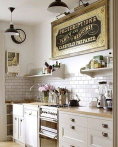 Placas decorativas e iluminação por pendentes dão um toque vintage à decoração da cozinha. A dica é optar por modelos que sigam a mesma paleta de cores do restante do ambiente. #mobly #moblybr #vintage #cozinha #kitchen #decor #decoration #instadecor #instahome #casa #home #interiordesign #homedecor #homesweethome #inspiração #inspiration #decoracaodeinteriores