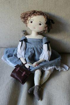 poupée de chiffon, une dame triste en tissu avec son sac en cuir                                                                                                                                                                                 Plus