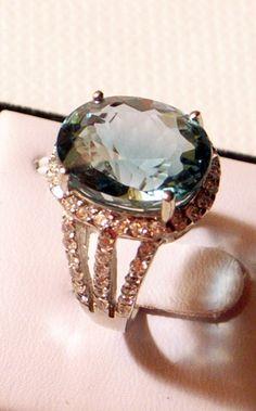 Gros anneau vert de l'Amétrine - en argent Sterling - 6,5 - belle forêt verte avec saphirs blancs; j'adore cette boutique sur etsy.com .Leurs bijoux sont magnifiques et abordables