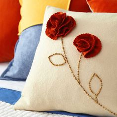 good tutorial on how to make those pretty felt roses for pillows, brooches, etc. Sewing Pillows, Pillow Fabric, Felt Fabric, Diy Pillows, Decorative Pillows, Throw Pillows, Cushions, Pillow Ideas, Large Pillows