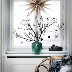 Christmas Window Decor Ideas - Holiday Window Decorations Dream Houses We often find that, when it comes to Christmas window decor, there are lots of options, but not all of them are suitable for our Christmas decorations. Scandinavian Christmas Decorations, Scandi Christmas, Christmas Feeling, Decoration Christmas, Christmas Interiors, Natural Christmas, Noel Christmas, Simple Christmas, Winter Christmas