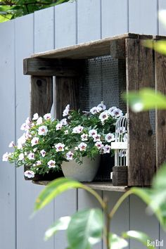 "Box idea on the fence for plants and garden ""stuff! Repurposed Wood Projects, Pot Plante, Garden Journal, Natural Garden, Container Flowers, Green Life, Garden Pots, Beautiful Gardens, Container Gardening"