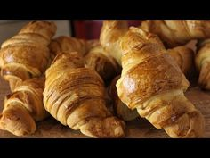 What's better from homemade Croissants? Ingredients: all-purpose flour strong flour -a pinch of salt su. Easy Croissant Recipe, Homemade Croissants, Bread Rolls, Food Processor Recipes, Sweet Tooth, Bakery, Food And Drink, Breakfast, Youtube