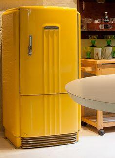 Decoração de: Detalhes; geladeira vintage amarela;  Casa de Valentina