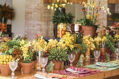 Dedo de anjo, sementes de ligustro e orquídeas de vários tipos e alturas, ora arranjados em vasos de barro, ora arranjados em vasos de vidro, ora em tachos de cobre, dividiram espaço com pimentas, feijão preto, laranjas, laranjinhas Kinkan e folhagens para criar a atmosfera descontraída-sem-perder-a-elegância que queríamos conferir à feijoada. Marcinho Leme e equipe, da Milplantas, foram os responsáveis por tudo, como sempre!
