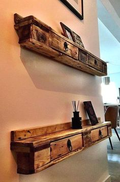 24 Fun Professional Wood Pallet Furniture Designs Want To Learn More? Visit Us For More Pallet Furniture Ideas Pallet Furniture Designs, Pallet Patio Furniture, Wooden Pallet Projects, Pallet Art, Furniture Projects, Rustic Furniture, Pallet Ideas, Pallet Wood, Diy Wood