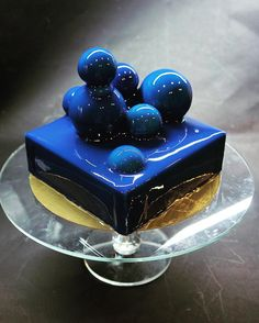 Mirror glaze cake: recipe for fried cake with coating of shiny glaze - Spiegel kuchen - Torten Rezepte Fancy Desserts, Fancy Cakes, Mini Cakes, Delicious Desserts, Cupcake Cakes, Blue Desserts, Cherry Desserts, Beautiful Cakes, Amazing Cakes