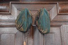 Collecteren in de kerk met deze mooie oude collectezakken op stok.