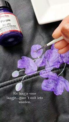 Bij AIM your WEDDING krijg je niet alleen een uniek jasje, ook het proces kan je stap voor stap volgen als je wilt. Dat is zo'n beleving! Purple, Painting, Painting Art, Paintings, Painted Canvas, Viola, Drawings