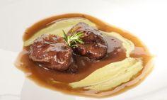 Bruno Oteiza elabora una deliciosa receta de carrilleras de cerdo con salsa de Oporto y acompañadas de puré de habas.