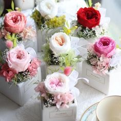 Favor boxes with floral embellishments Silk Flowers, Dried Flowers, Paper Flowers, Flower Box Gift, Flower Boxes, Deco Floral, Arte Floral, Flower Decorations, Wedding Decorations