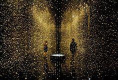LIGHT is TIME par Tsuyoshi Tane et Citizen L'installation est composée de 65 000 mouvements, l'élément de base d'une montre, suspendus au plafond.  La lumière est née à l'instant du Big Bang, le début de l'univers. De delà de l'horizon, le soleil levant recouvre lentement la Terre de lumière, les ombres se transforment en différentes formes, les couleurs des saisons et la croissance et décroissance des changements de Lune. Sans lumière, nous n'aurions jamais eu les merveilles de l'univers.