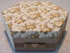 Caixa em MDF forrada com tecido 100% algodão. Detalhe em fita de cetim. R$ 120,00