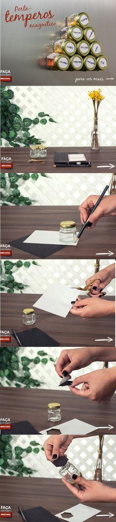PORTA TEMPEROS MAGNÉTICO!  - Potinhos de tempero - 1 folha magnética autoadesivo (encontrada em papelarias) - Etiquetas adesivas - Caneta para escrever os rótulos - 1 lápis para marcação - 1 moeda - 1 Tesoura  Com o auxílio do lápis, desenhe o molde do fundo dos potes na folha magnética. Recorte os moldes. Destaque o adesivo e cole no fundo do pote.  Utilizando a moeda, desenhe o molde na etiqueta adesiva e escreva o nome do tempero, fixe-o na tampa.