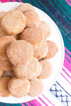 These Mexican Shortbread Cookies (also called Ojarascas) are light, buttery, crumbly shortbread cookies rolled in cinnamon sugar and they literally melt in your mouth. The perfect treat for Cinco de Mayo or your next Fiesta! Mexican Pastries, Mexican Sweet Breads, Mexican Food Recipes, Cookie Recipes, Mexican Bread, Mexican Snacks, Icing Recipes, Freezer Recipes, Freezer Cooking