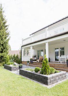Kaunis kuin koru, oli ensimmäinen ajatus tästä valkoisena hohtavasta kivitalokodista. Kaunotar ei kuitenkaan ole ilmestynyt tontille itsestään, vaan tiivistahtisen raksavuoden tuloksena. Ensimmäistä kertaa ei tämä perhe ollut asialla, kun taloprojektia aloitettiin.. Outdoor Spaces, Outdoor Living, Outdoor Decor, Exterior Design, Interior And Exterior, Backyard, Patio, Garden Inspiration, Curb Appeal