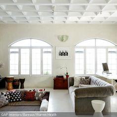 Ein außergewöhnliches Einrichtungselement ist diese in den Boden eingelassene Sitzecke mit vielen verschiedenen Dekokissen. - mehr auf roomido.com
