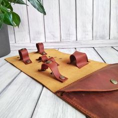 5 отметок «Нравится», 0 комментариев — Кожаные изделия ручной работы (@n.e.workshop) в Instagram: «Органайзер для проводов, подзарядки и т.д. Кожа Крейзи Хорс. Цвет- жёлтый + кирпичный. Размер:…» Cable Cover, Hermes Oran, Sandals, Fashion, Moda, Shoes Sandals, Fashion Styles, Fashion Illustrations, Sandal