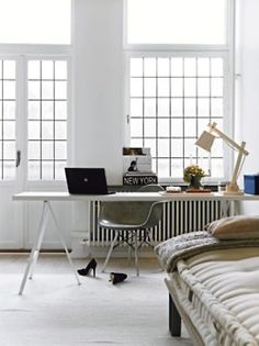 all white + lots and lots of windows, home office, bureau à domicile, tout blanc