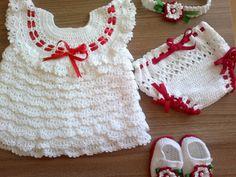 Conjunto contendo 4 peças: vestido, calcinha, sapatinho e tiara. Confeccionados à mão (crochê), em linha 100% algodão.  Cores: branco e vermelho  Tamanho RN  Aceitamos encomendas em outras cores( no máximo mistura de 2 cores) e tamanhos.  O preço refere-se ao tamanho a até 3 meses.