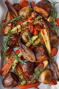 Just drizzle in honey and season with rosemary and thyme for the perfect tray of roasted vegetables this Christmas. Rosemary and Thyme Roasted Vegetables Vida D Christmas Dinner Sides, Vegetarian Christmas Dinner, Veggie Christmas, Christmas Roast, Xmas Food, Vegetables For Christmas Dinner, Dinner Vegetables, Christmas Vegetable Dishes, Christmas Cooking