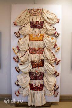 Exozitie cu Ie oseneasca, Muzeul Tarii Oasului din Negresti Oas, judetul Satu… Folk Costume, Costumes, Folk Embroidery, Embroidered Clothes, Moldova, Now And Forever, Fashion History, Traditional Outfits, Romania