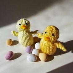 Here& my knitting pattern for a little Easter chick! He (or she) is quick and simple to knit - why not knit a chick or two as little Eas. Beginner Knitting Patterns, Animal Knitting Patterns, Christmas Knitting Patterns, Knitting Projects, Knitting Paterns, Knit Patterns, Knitting Bear, Free Knitting, Knitting Toys