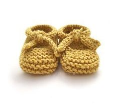 Aren't these Knitted Baby Ballerina Shoes just adorable? You'll enjoy working on this easy knitting pattern for any upcoming baby showers! Baby Knitting Patterns, Baby Booties Knitting Pattern, Baby Sweater Patterns, Baby Shoes Pattern, Shoe Pattern, Knitting For Kids, Easy Knitting, Knitting Projects, Knit Baby Shoes