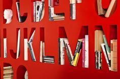 Lincoln Kayiwa sortuje książki