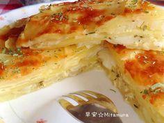 把馬鈴薯和洋葱都切成薄片直接放入烤模中,然後一層馬鈴薯一層洋葱,最後淋上鮮奶蛋液,撒上滿滿起司絲,香烤30分鐘,就是一道香味四溢的美味料理。