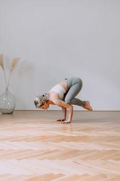Yoga Krähe lernen Yoga Tutorial Yoga Video Yoga Übung Yoga Anfänger Yoga Foto Ballet Dance, Ballet Shoes, Dance Shoes, Yoga Inspiration, Video Yoga, Meditation, Crow Pose, Yoga Posen, Yoga Photography