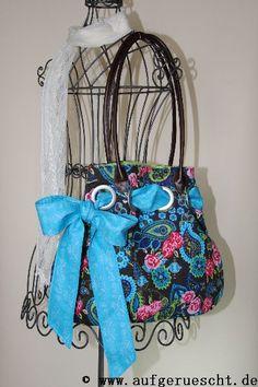 Ein echter Verwandlungskünstler ist diese Tasche, die ich mir vor einigen Tagen genäht habe. Durch große Gardinenösen wird ein Schleifenband gezogen. Je nach Stimmung oder Farbe meiner Kleidung kan…