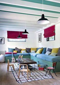 Salon avec poutres apparentes. Plus de photos sur Côté Maison http://petitlien.fr/7j36