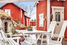 Keltainen talo rannalla: Mökkitunnelmaa