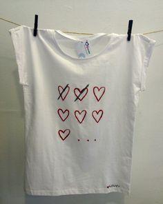 Camiseta pintada a mano. Lavable en máquina en programa de agua fría o máximo 30 grados. Se plancha por el revés. www.ilove4ever.com