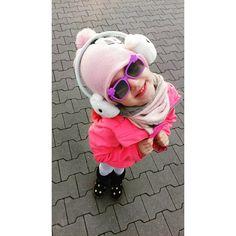 Oto, co dzieje się, gdy dajesz dziecku wolność w wyborze ubrań i dodatków. 😄  .  Nie widać, ale ma jeszcze srebrną, mocno brokatową torebkę. 💪  .  .  #blog #migalniablog #nowypost #outfit #autumn #november #jesień #funny #love #fun #kocham #blogger #kidsfashion #dziewczynka #girl #córka #córeczka #daughter #smile #cute #polishgirl #polskadziewczyna #childhood #instamatki #mommy #photograph #parenting #lifestyle #photooftheday