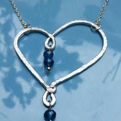 Collier coeur en alu martellé + perles verres bleues