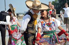 Imagina que vas por la calle y te topas con un grupo de bailarines vestidos según las reglas de las más arraigadas #costumbresmexicanas. Un gran sombrero y un lindo destino no pueden significar otra cosa, ¡empieza el baile! Vive las tradiciones, siente la música y el sentimiento #mexicano.