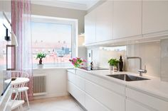 Kitchen Design Latest Trends 2016. White glossy facades in the tine space