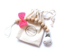speenkoord kralen met gehaakte strik van Indie-ish - pacifier clip bow tie neon pink handmade by www.indie-ish.nl copyright